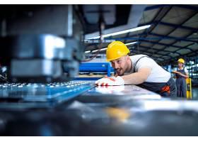身着防护服和安全帽的工厂工人在生产线上操_11035588