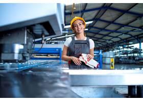 身着防护服戴着安全帽的工厂女工在生产线_11035612