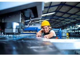 身穿防护服戴着安全帽的工厂女工在生产线_11035599