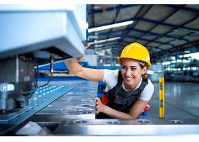 身穿防护服戴着安全帽的工厂女工在生产线_11035605