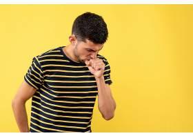 身穿黑白条纹T恤的前视年轻男子在黄色隔绝_12548223