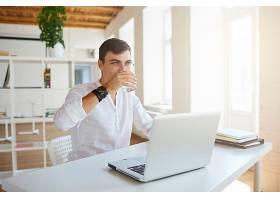 迷人的年轻商人在办公室穿着白色衬衫的特写_10625664