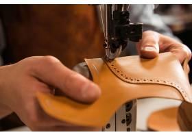 鞋匠缝制鞋子部分的特写镜头_7573246