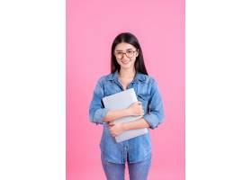 生活方式商务人士使用粉色笔记本电脑_5392771