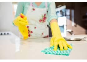 清洁厨房工作台的妇女_1008876