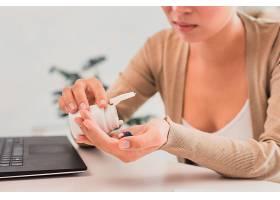 特写一名在办公室服药的妇女_5820768