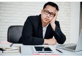 生意人不快乐的生意人坐在办公室里_3976120