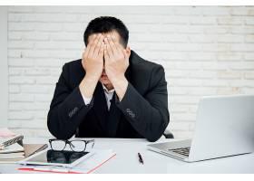 生意人不快乐的生意人坐在办公室里_3976121