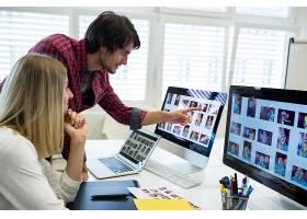 男女平面设计师在电脑上互动_977346