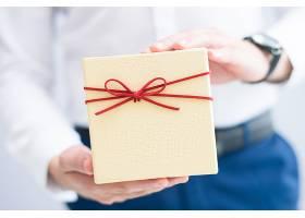 男子拿着礼品盒的特写_3581160