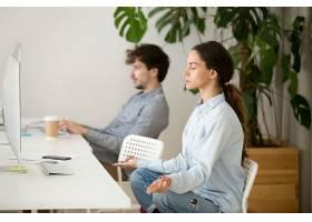 留心冷静的年轻女子在办公室休息冥想_3955369