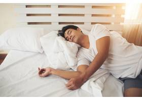疲惫的男人躺在床上睡觉_3397027