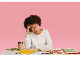疲惫的黑皮肤压力很大的女商人感到头痛看_10584926