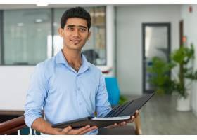 积极的印度财务顾问拿着打开的文件夹_3629552