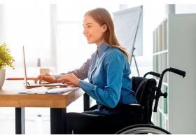 积极的成年女性在办公室工作_7071506