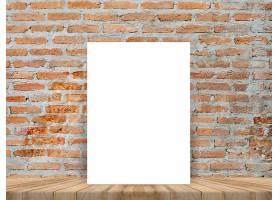 空白的白色海报斜靠在热带木质的砖墙桌面_1382336
