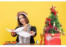 穿着西装的商务女士戴着圣诞老人帽戴着新_13405849