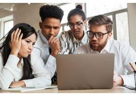 紧张的年轻商业同事使用笔记本电脑_6514576