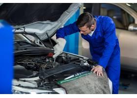 维修汽车发动机的机械师_1005213
