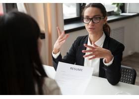 自信的千禧一代女应聘者戴着眼镜在求职面试_3952575