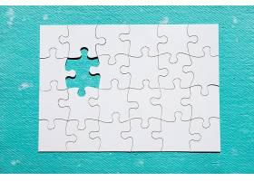 蓝色纹理背景上缺少一块拼图_5015057