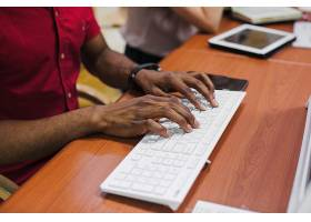 裁剪黑人男子在键盘上打字_1249620