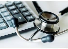 计算器和听诊器医疗保健和费用概念特写_3011771