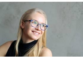 戴着蓝色镜框眼镜的金发商务拉杜_8909272