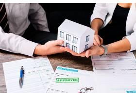 房地产经纪人在办公室与客户进行交易_1845901