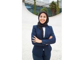 快乐成功的穆斯林女商人在外面摆姿势_5890380