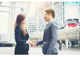 快乐的生意人握手商业上的成功_1275760