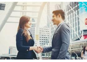 快乐的生意人握手商业上的成功_1275761