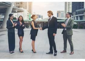 快乐的生意人握手商业上的成功_1275865