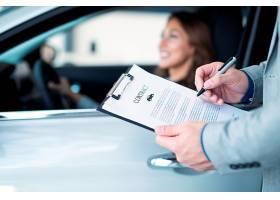 快乐的顾客在当地的汽车经销商购买全新的汽_11136265