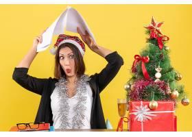 情绪激动的女商人戴着圣诞老人帽戴着新年_13407287