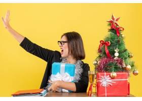 情绪迷茫的女商人戴着西装戴着眼镜拿_13407313