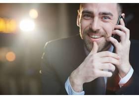 成功的商人用智能手机打电话_5406837