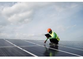 技术工程师检查太阳能电池板的维护_2887676