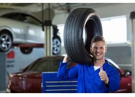 搬运轮胎的机械师肖像_1005050