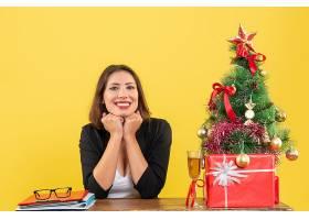 新年气氛漂亮的女商人看起来很开心坐在_13407419