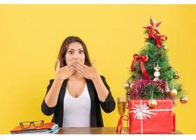 新年气氛美丽的女商人做着沉默的手势坐_13407421