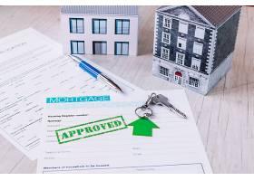 新的房屋钥匙与纸张组合在一起_1845915