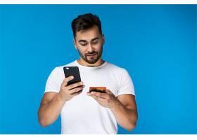 时髦的年轻人用手机刷信用卡_6448496