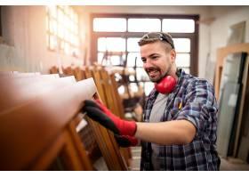 木匠在木工车间检查工作质量_11137182