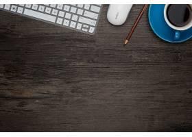 桌子上有一台笔记本电脑和一杯蓝咖啡_881236