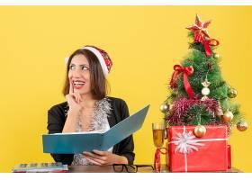 梦幻般的商务女士戴着圣诞老人帽戴着新_13407270