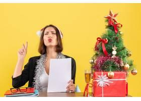 梦幻般的商务女士戴着圣诞老人帽戴着新_13407272