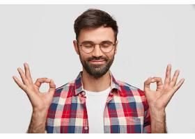没有刮胡子的英俊男子的肖像用双手摆出还可_10544945