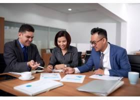 多民族的男性和女性同事坐在办公室里在会_5577428