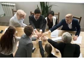 多种族商务人士在团队会议上手牵手免费拍照_3954467